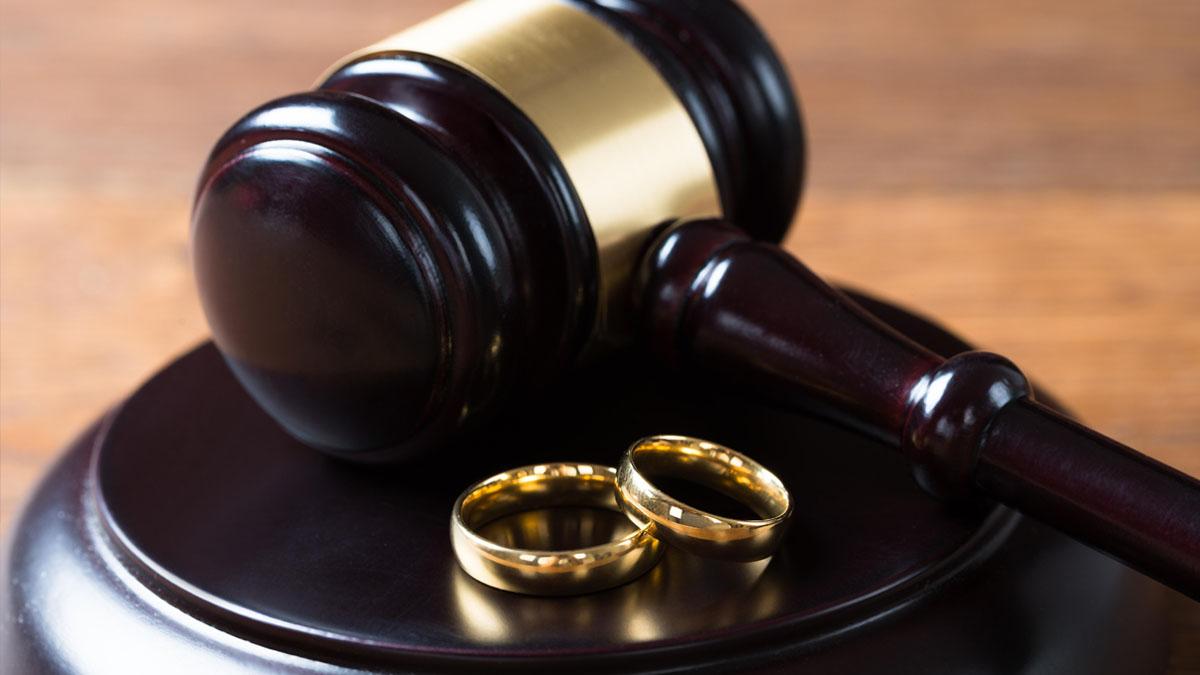 Самые острые вопросы к юристу в новогодние праздники 2021 Длинные новогодние выходные – это, безусловно, большой плюс. Но такой продолжительный январский отдых от насущных проблем не избавляет, а некоторым гражданам еще и добавляет. Это касается и правовых взаимоотношений. Нередко решение этих вопросов не терпит отлагательств, поэтому юристы готовы оказать качественную правовую помощь всем нуждающимся и в этот период. Самыми «наболевшими» правовыми проблемами к концу новогодних праздников в 2021 году стали вопросы расторжения брака и споры о разделе имущества между бывшими супругами. Помощь юриста при разводе Даже при типичном разводе бывает сложно самостоятельно разобраться во всех нюансах Семейного кодекса. Тем более, если бракоразводный процесс предусматривает судебное разбирательство, то самим решать эту проблему просто неразумно. Поэтому практически всегда в таких делах требовалась помощь юриста по семейному праву. С помощью профессиональной правовой поддержки вопрос решался с учётом всех интересов клиентов в самые короткие сроки. Помощь юриста при разделе имущества Вопрос о разделе совместно нажитого имущества супругов всегда является самым острым и требует внимательного и ответственного подхода. Ответчику в суде нужно суметь доказать и привести убедительные доводы, что объект спора приобретался в браке не за счёт средств одного из супругов, а за счёт средств совместного дохода. Либо наоборот, имущество приобреталось в браке исключительно за счёт собственных средств одного из супругов, а не за счёт их совместного бюджета. В зависимости от сложности дела возникала необходимость в проведении дополнительной экспертизы или получения каких-либо заключений. Выиграть такое дело без грамотной юридической помощи практически нереально. Часто помимо самого развода у супругов имелись и другие споры, требующие срочного разрешения. Переговоры с участием грамотного юриста помогли уладить конфликт и прийти к компромиссному решению. Помощь автоюриста при ДТП, разрешении конфли